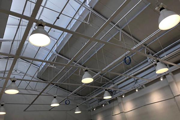 Instalações elétricas aparentes: dicas e vantagens do estilo industrial na decoração